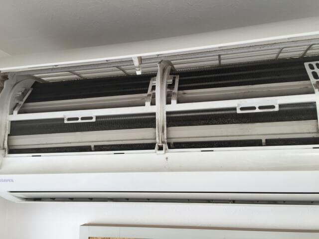 エアコン用洗浄スプレーで吹き出し口やフィンを洗浄