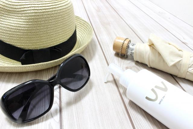 日焼け止め、サングラス、帽子
