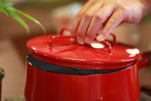 鍋の蓋を開けている写真