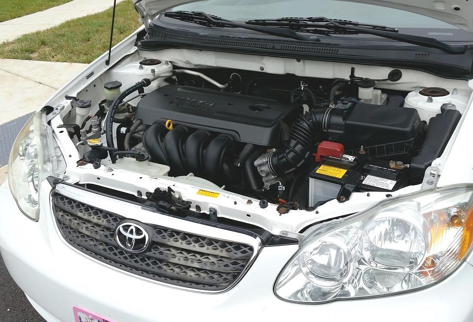 車の内部の画像です。バッテリーやいろいろな部品が見えます。