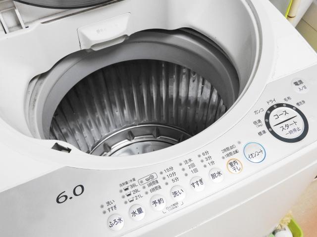蓋が開いている洗濯機の写真