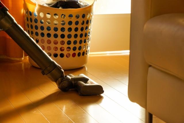 掃除機で部屋を掃除している写真