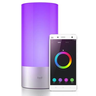 Xiaomi スマートライト Yeelightの写真。スマホのアプリで色の調節ができます。