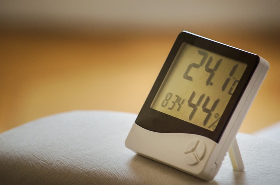 湿度計のイメージ。乾燥な冬には湿度を上げることで様々な効果があります。