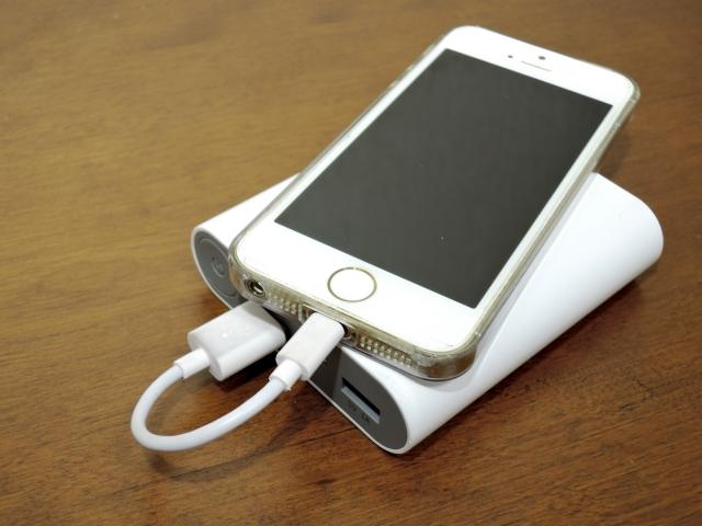 モバイルバッテリーで充電しているスマホの画像