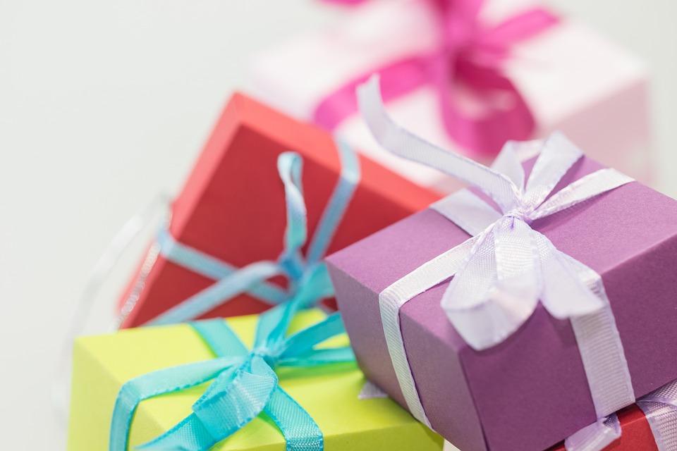 プレゼントの箱がたくさん積もっている画像。