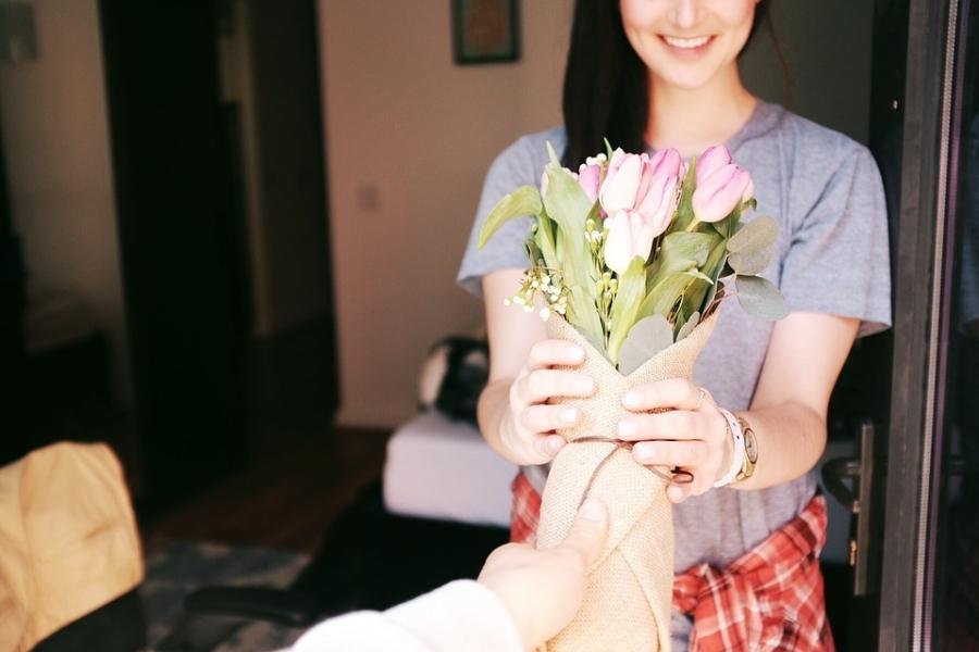 花束をもらう女性の笑顔の画像