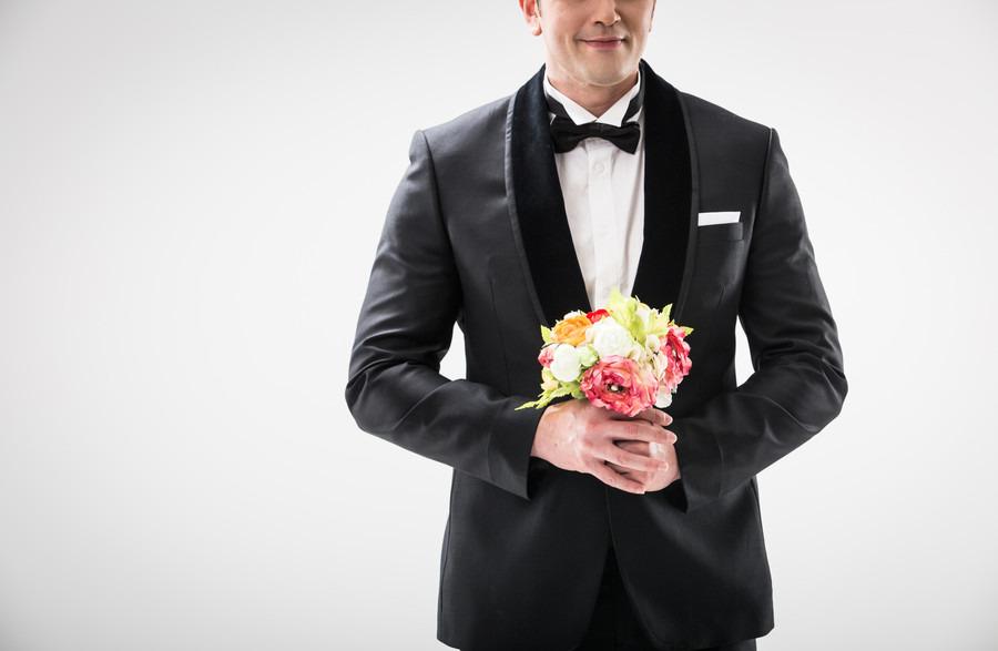 花束を持っている男性の画像