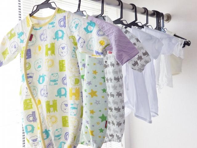 赤ちゃんの服の写真。