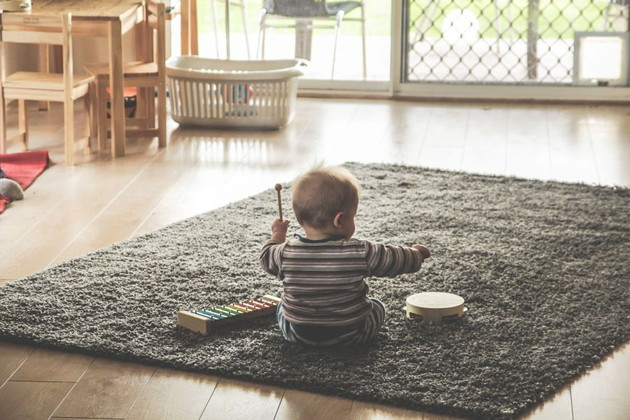 遊んでる赤ちゃんの写真。